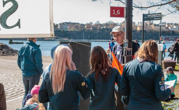 Stefan Pettersson instruerar sjöscouter på 12-minuterspromenaden. Foto: Arne Wallers.