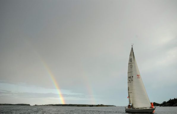 Conqubin 38:an Far Out i Sandhamnsleden. Dubbla regnbågar efter frontpassage. Foto: Mark Ingram.
