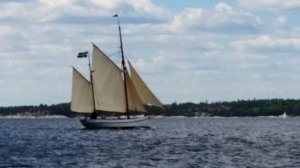 skutan Anna-Sofia för segel på Ingaröfjärden.