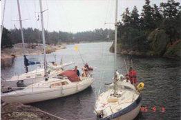 Foto på deltagande båtar  som efter 24-timmarsseglingen i Dackekretsen samlas vid Vippholmarna.