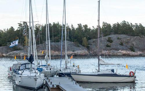 Några 24-timmarsbåtar vid Bistro Björkviks gästbrygga. Foto:Arne Wallers.