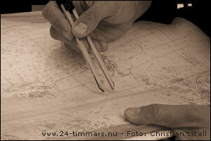 Bild på passare mot sjökort. Foto: Christian Lizell.
