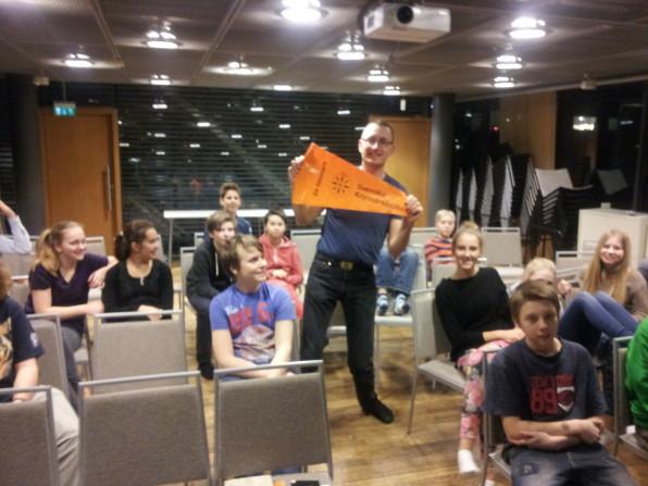 Stefan Pettersson från Kryssarklubben besöker Hammarby Sjöscoutkår och pratar om 24-timmarsseglingarna.