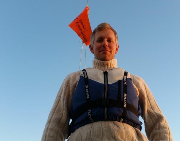Roger styr som en gud mot solnedgången på höstens 24-timmarssegling. Foto: Stefan Pettersson CC (BY-SA)